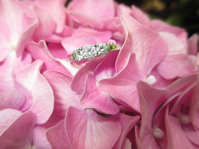 zásnubní prsten v květině