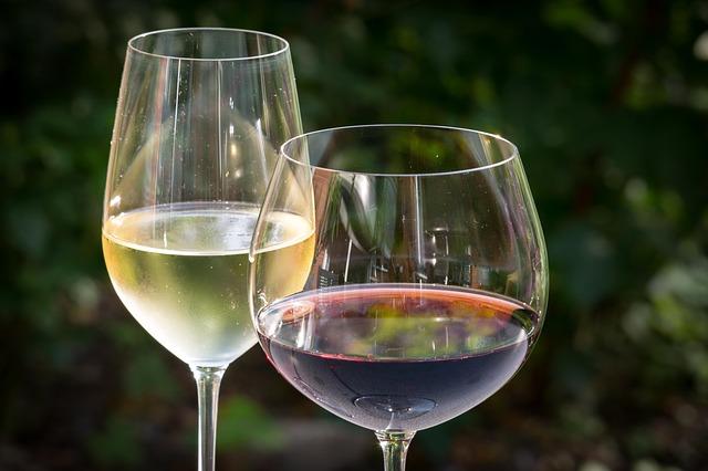 sklenice na bílé a červené víno